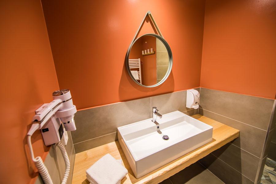 Vue d'une salle de bain de l' hôtel Archipel Volcan situé en Auvergne